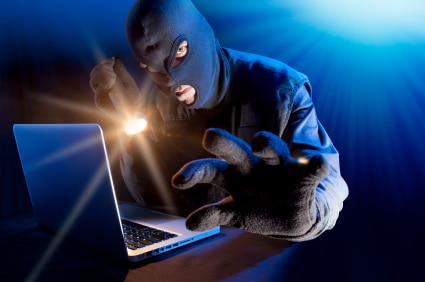 תמונה של גנב עם מסיכה מול מחשב